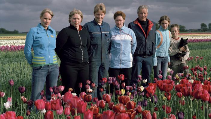 DE FAMILIE LIGTHART UIT BREEZAND vlnr Helena, Corina, Kees, Jose, Jan, Carolien, en Jan- Willem Bij de film Tulpengoud.