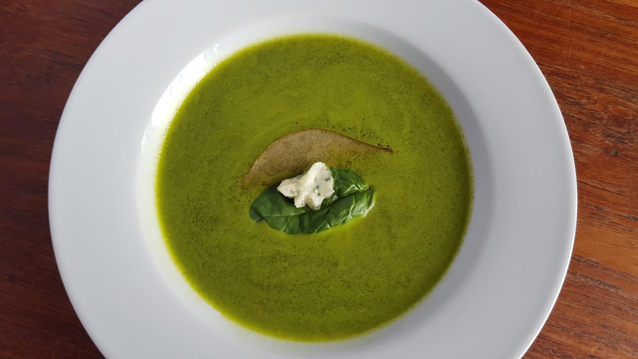 Spinaziesoep met geroosterde peer en roquefort